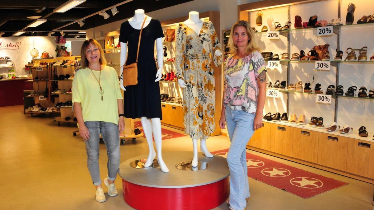 Turid Frigstad Fjellestad konstaterer at å ta inn dameklær i skobutikken så langt har vært vellykket. Her sammen med ansatt Astrid Iversen.