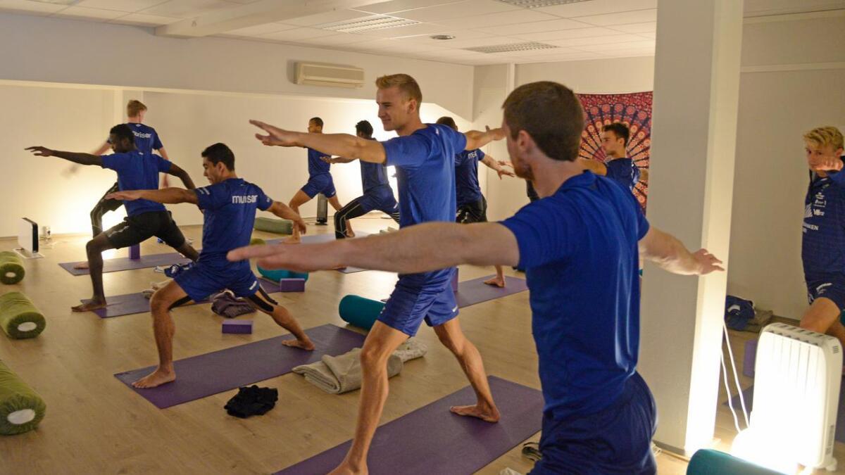 En av mange stillinger Jerv-spillerne prøvde seg på under yogatimen.