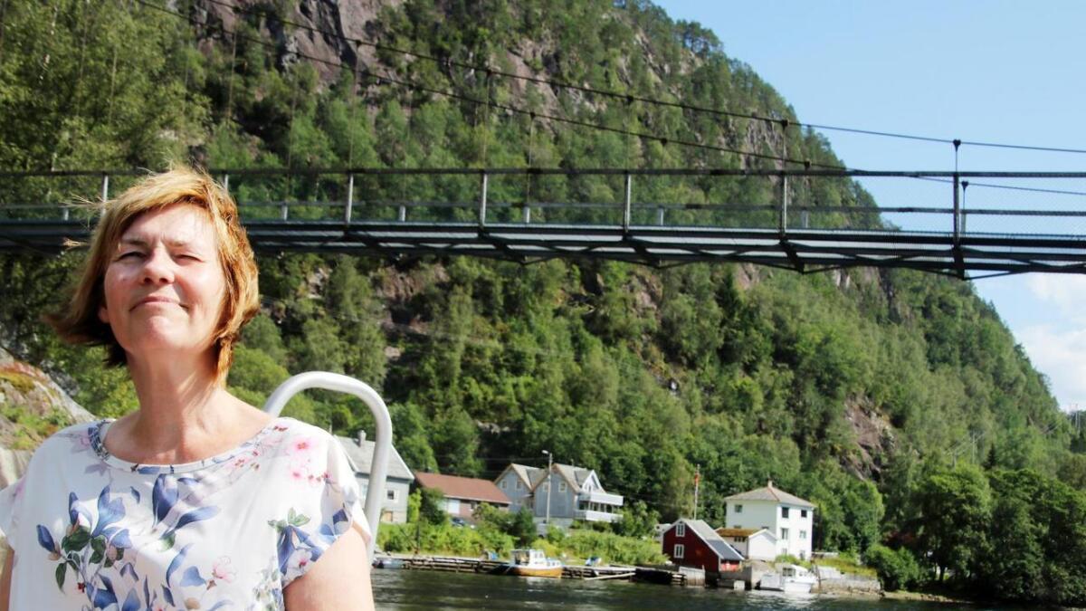 Kari Henriksen nyt båtturen opp Bolstadstraumen. Her passerer ein brua mellom Sanden og Stamnesfet.