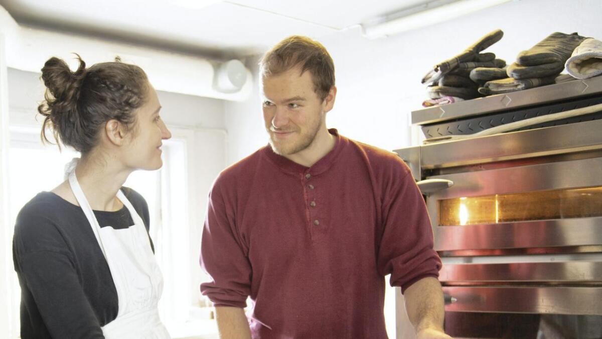 Dominika Bučková og Håkon Nilsen er opptatt av matsvinn. En undersøkelse Østfold      forskning har gjort på oppdrag fra Norgesgruppen viser at hver nordmann kaster 42,6 kilo matvarer hvert år. Litt over 20 prosent av dette er brød. Bakvarene til Håkon og Dominika holder seg i kjøleskapet i 14 dager, og kan også fryses.