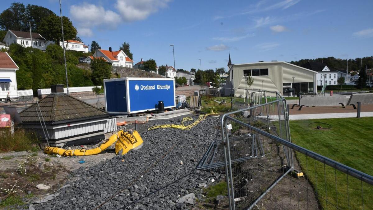 Byhaven fremstår fortsatt som uferdig, ettersom servicebygget med toalett fortsatt ikke er bygget. Nå skal byggesaken behandles politisk.
