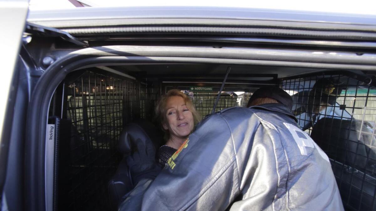 Sigurdsdatter ble plassert bak i politibilen etter at hun ble pågrepet.