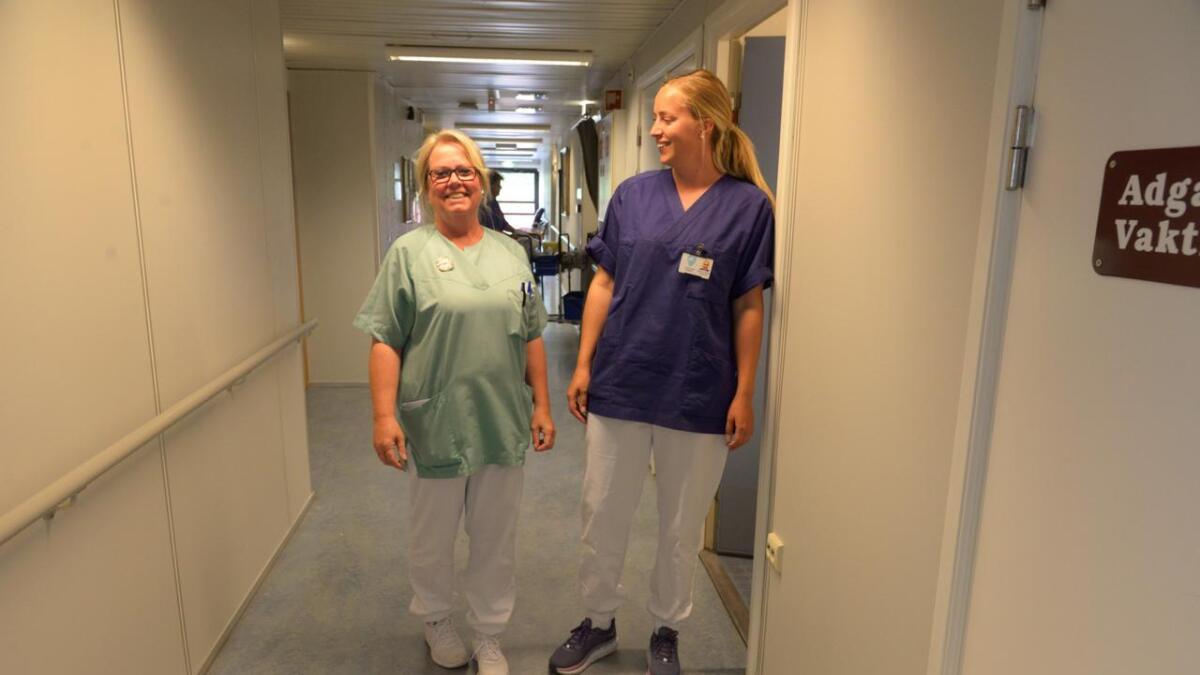 Sykepleierne Turid Sterk-Hansen (t.v.) og Ronja Eriksen Myre får flere kolleger etter at tillitsvalgte sendte brev hvor de uttrykte sin bekymring over arbeidspresset i omsorgs- og rehabiliteringstjenesten i Tvedestrand kommune.