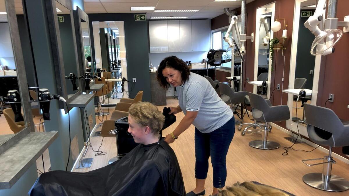 Inntil mandag morgen hadde Trym Kjærvik-Bråthen (12) fra Porsgrunn langt flott hår som han hadde          spart på i to år. Ved hjelp av frisør Kari Anne Stokken i Hildes salong kan hårlokkene (foran til venstre) bli til en parykk for en som har hårtapssykdommen alopecia.