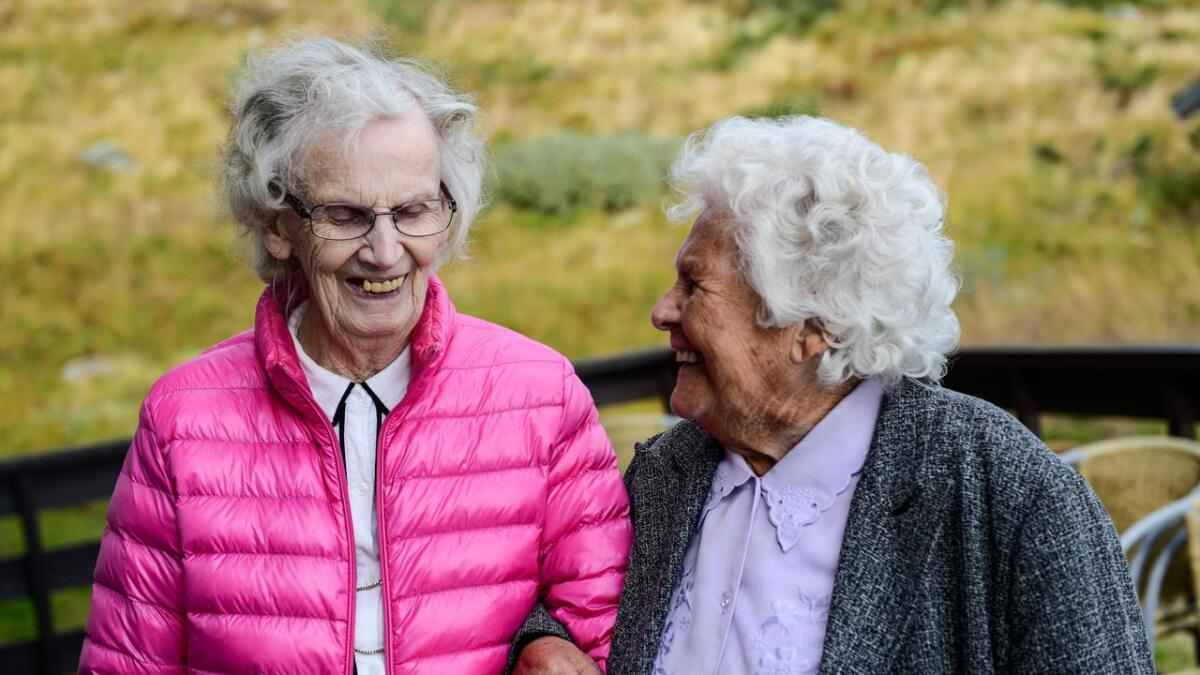 Barbo Tveito Kirkeng og Solveig Berg har vore bestevenner i 60 år.