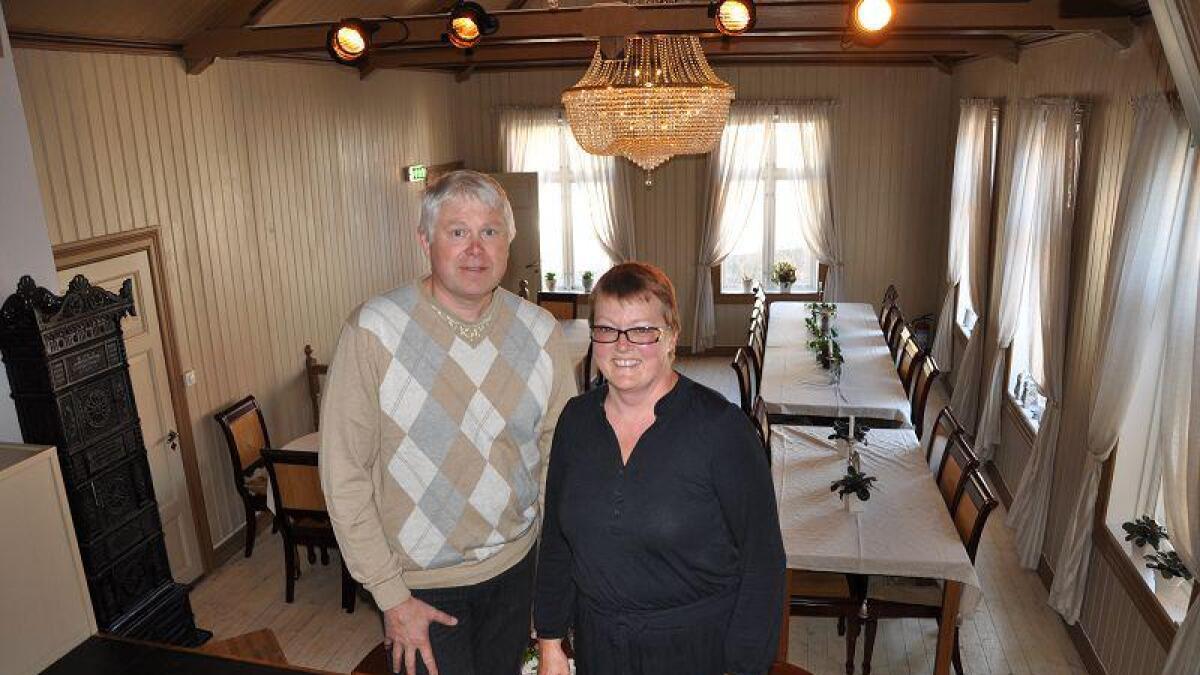 Anita Nicolaysen og Jens Otto Dolva ble i går kveld overrakt Bygningsvernprisen 2010 for sin innsats med å restaurere Nøgternhedens sal. Prisen deles hvert år ut av Adressa og Byselskapet.