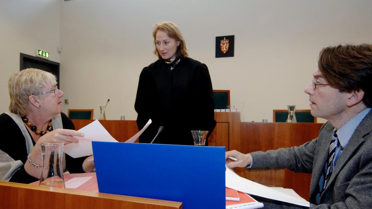 Statsadvokat Beate Rullestad-Jansen sammen med de psykiatrisk sakkyndige i en annen straffesak som er blitt behandlet i Aust-Agder tingrett. Nå har hun tiltalt en nordafrikansk asylsøker for voldtekt av en 18 år gammel jente som drakk seg for full da hun var ute og koste seg med venninner.