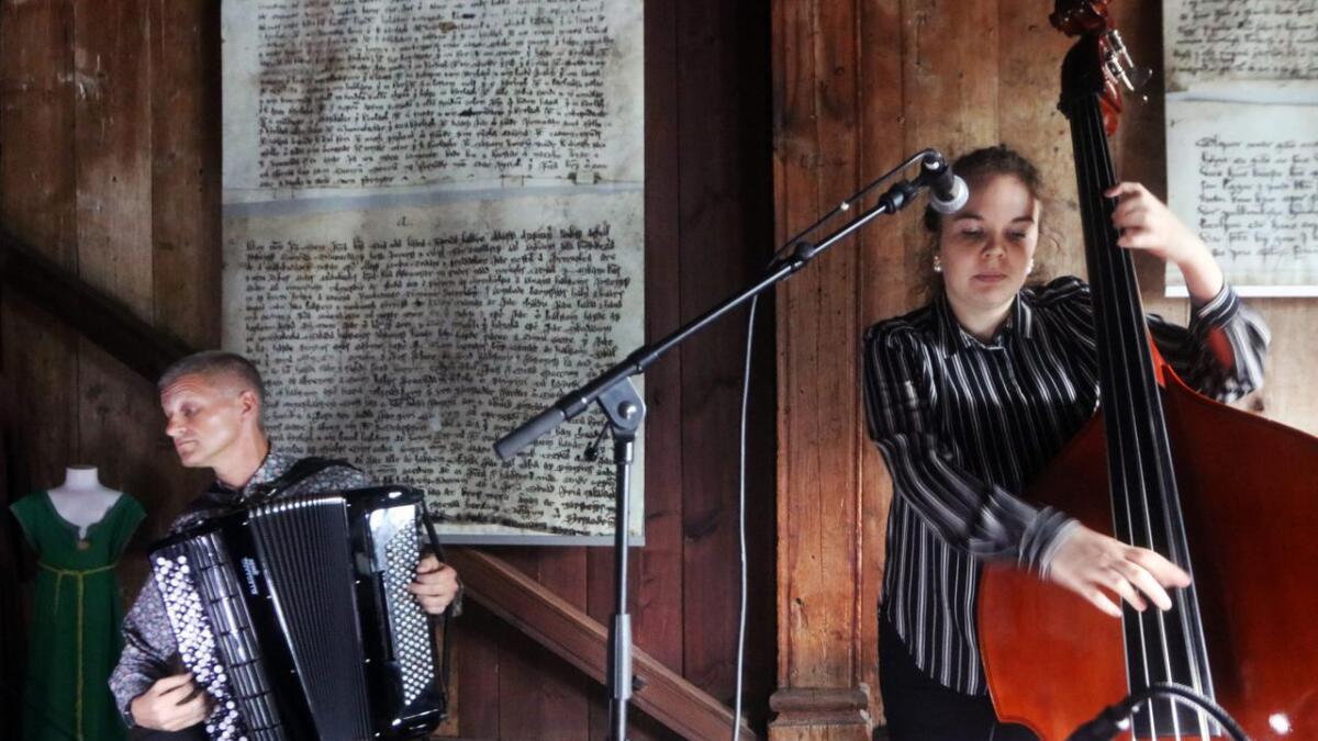 Mellom dei meir enn 700 år gamle veggene i Finnesloftet presenterte Signe Førre, Jo Asgeir Lie (t.v.) og Kåre Opheim musikk frå 1300-talet og fram ti i dag.