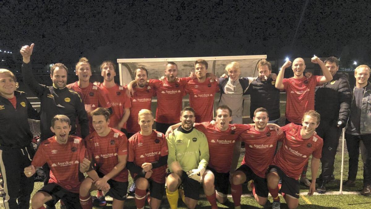 Hvam ILs 7. divisjonslag rykket opp til 6. divisjon torsdag. Dette bildet er tatt rett etter at seieren var i boks.