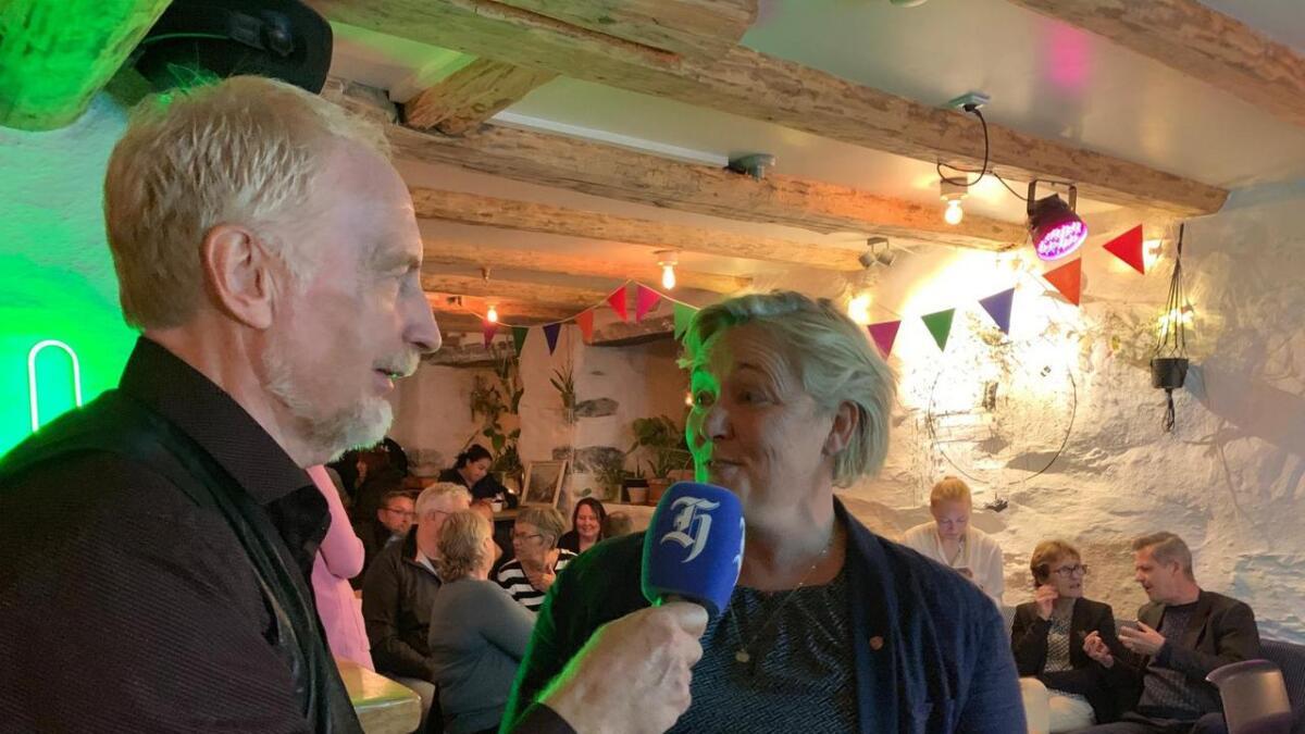 Hordalands Rolf Tepstad intervjuar Hilde Magnusson frå den raudgrøne valvaken på Tre Brør.