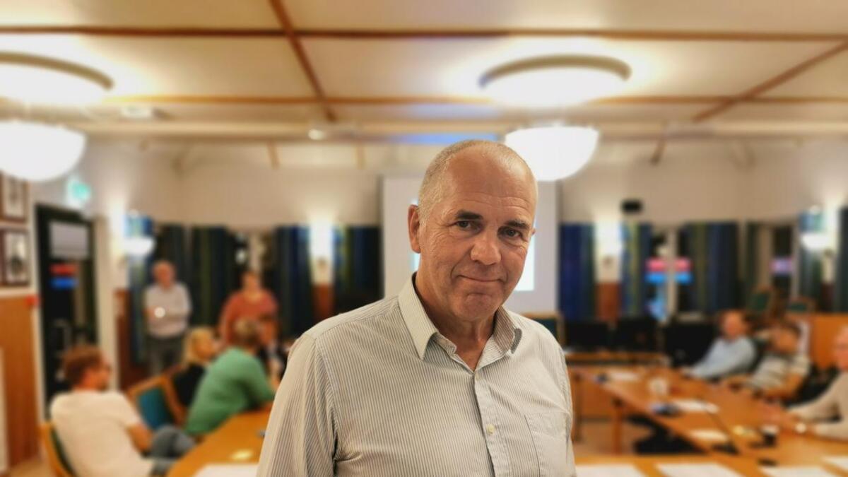 Ove Gundersen (KrF) er blant dem som deltar på stemmetellingen i Froland. Han er fornøyd med de foreløpige resultatene.