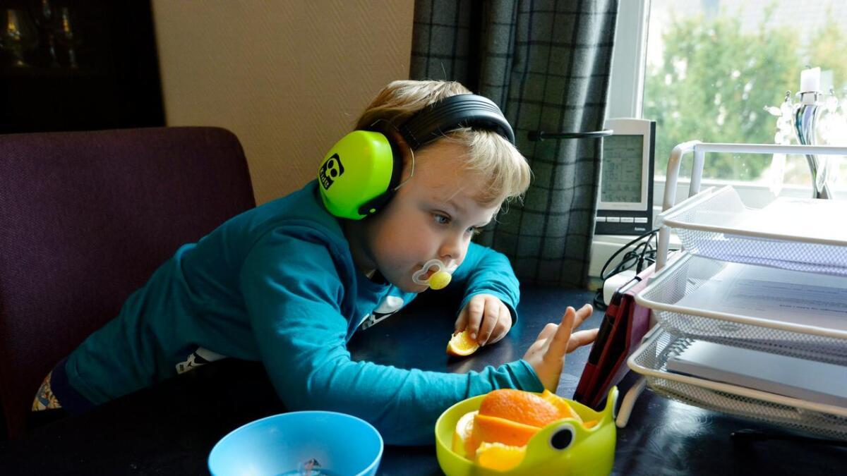 Matteus (5) slapper av etter en dag i barnehagen. Til høsten er han skolegutt.