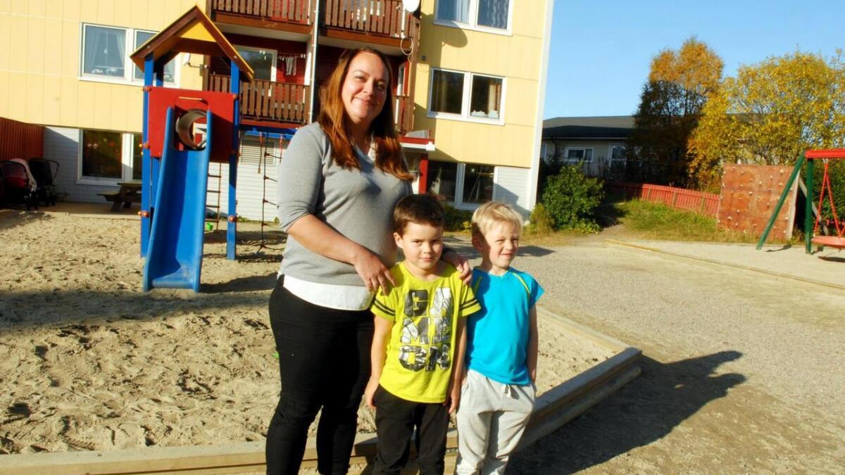 Styrer i Bjørkmo barnehage, Marita Johansen, sier det er økonomisk utfordrende å drive en liten, privat barnehage i Sortland. Sammen med to av barna, Jonah (straks 5) og Karl Christian (5), ser hun fram til å bli Hoppensprett Aktivitetsbarnehage fra mandag 2. oktober.