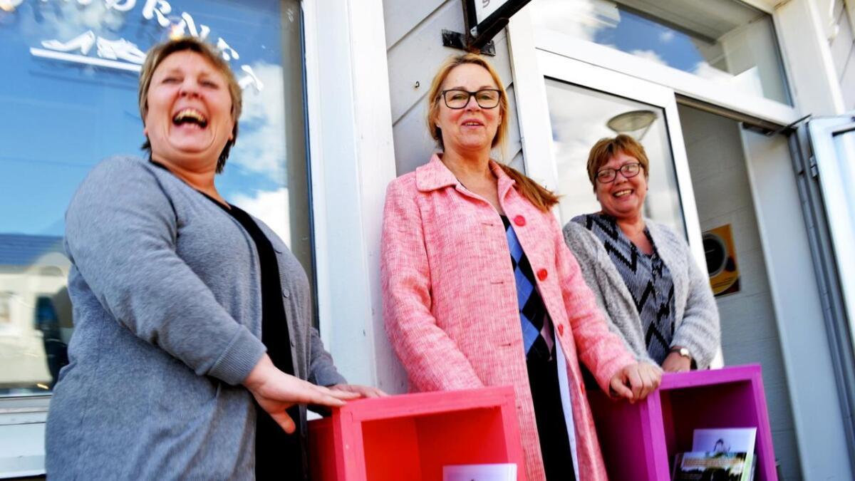 Line Henriksen fra Skohjørnet (til venstre) og Torill Pedersen fra Vi-To (til høyre) er blant dem som skal ha hyller med bruktbøker for salg utenfor butikken i sommer. Grethe Celius ( i midten) fra Hadsel Asvo gleder seg.