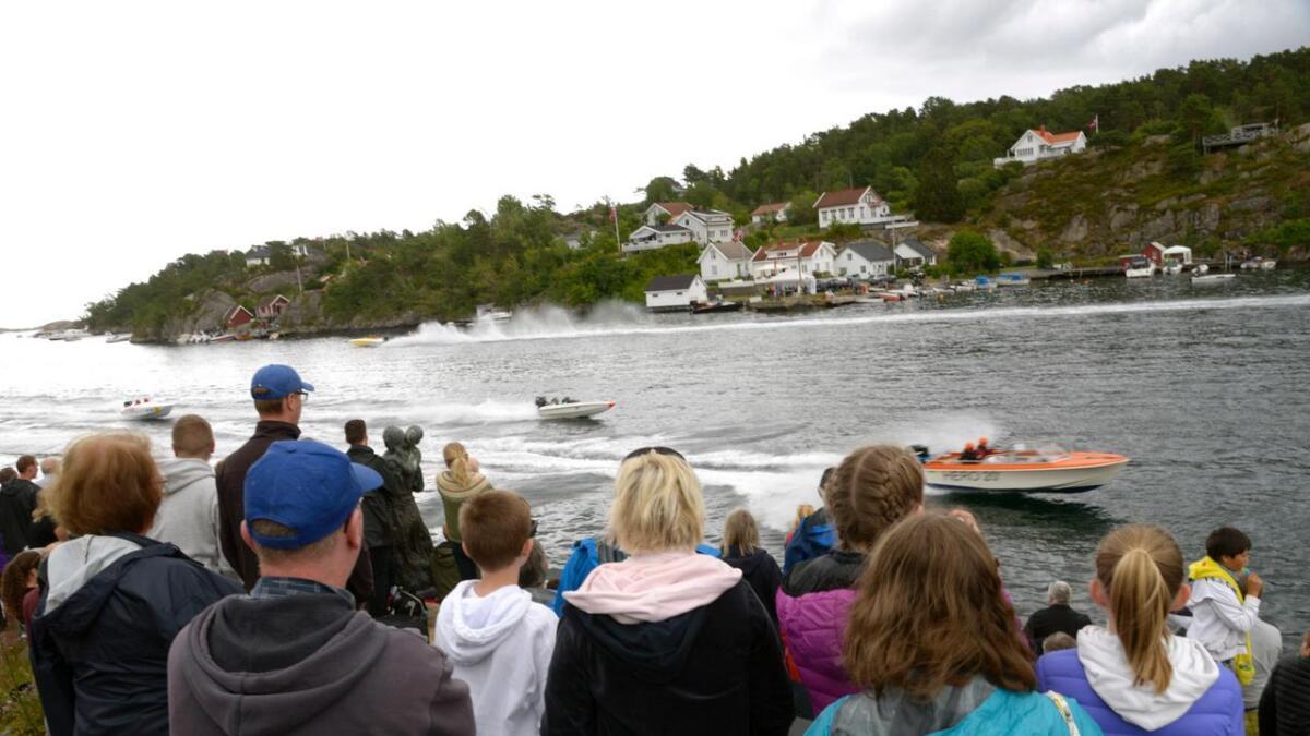 Sportsbåtene var i full fart gjennom Kilsund. Gjennom to dager var mer enn 130 ulike båter å se, fra fjordinger til joller, sjekter, gamle plastbåter og prammer. (Alle