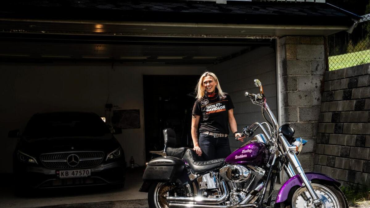 Wenche Dokken cruisar rundt på ein Harley-Davidson Fat Boy.