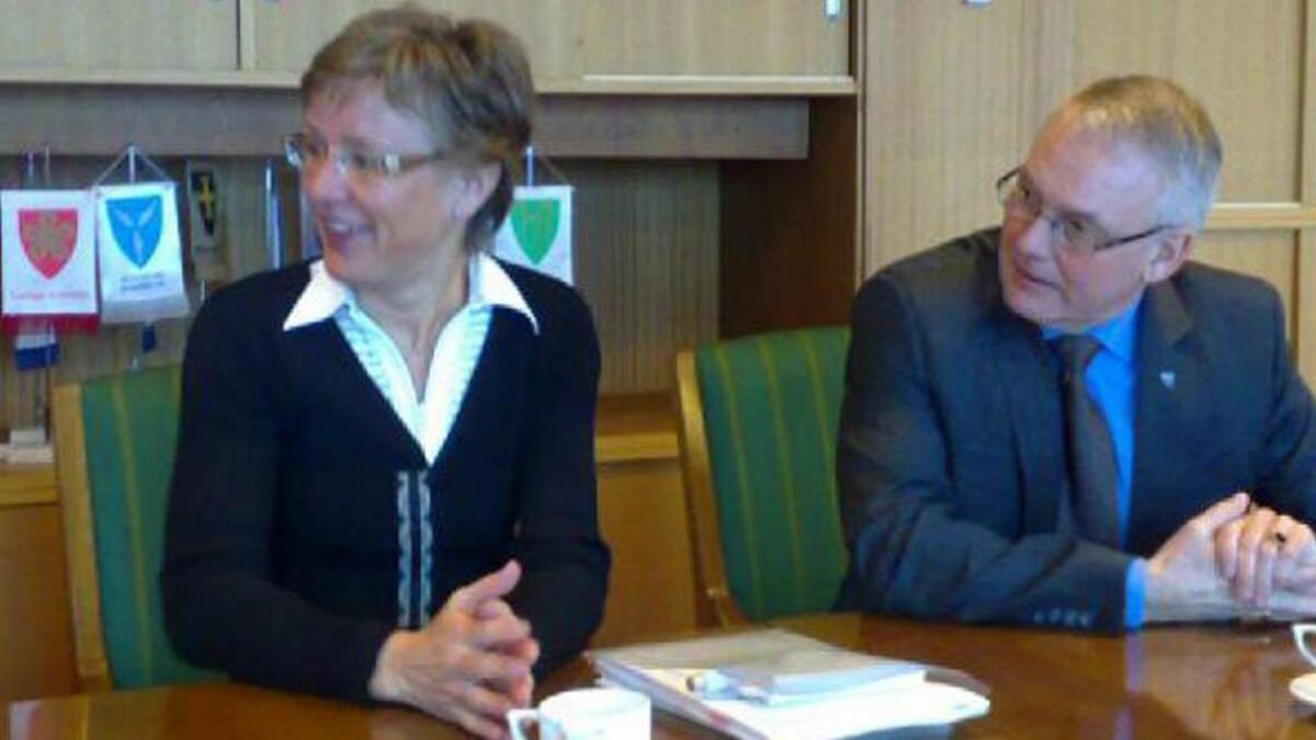 Statssekretær i Olje og energidepartementet Sigrid Hjørnegård og andøyordfører Jonni Solsvik.