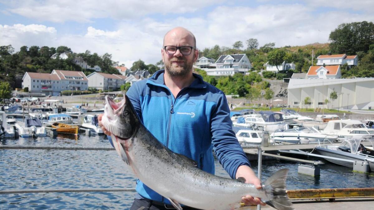 Daglig leder ved Fiskernes Salgslag Endre Fosseli viser frem villaksen på 7,5 kilo. Da bildet ble tatt var fisken den siste, men nå skal Salgslaget ha fått flere.