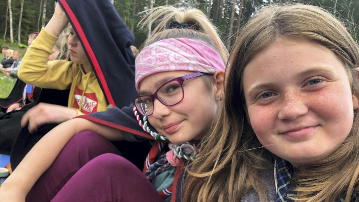 Ronja Bjørshol-Trelnes og Isabell Simonsen var to av speiderne fra Nes-Årnes speidergruppe som var med på speiderleir i Sverige forrige uke.