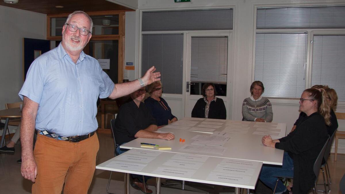 Per Lunden har vært ordfører i åtte år og ønsker seg flere. år med klubba. Her under opptelling av stemmer på valgkvelden.