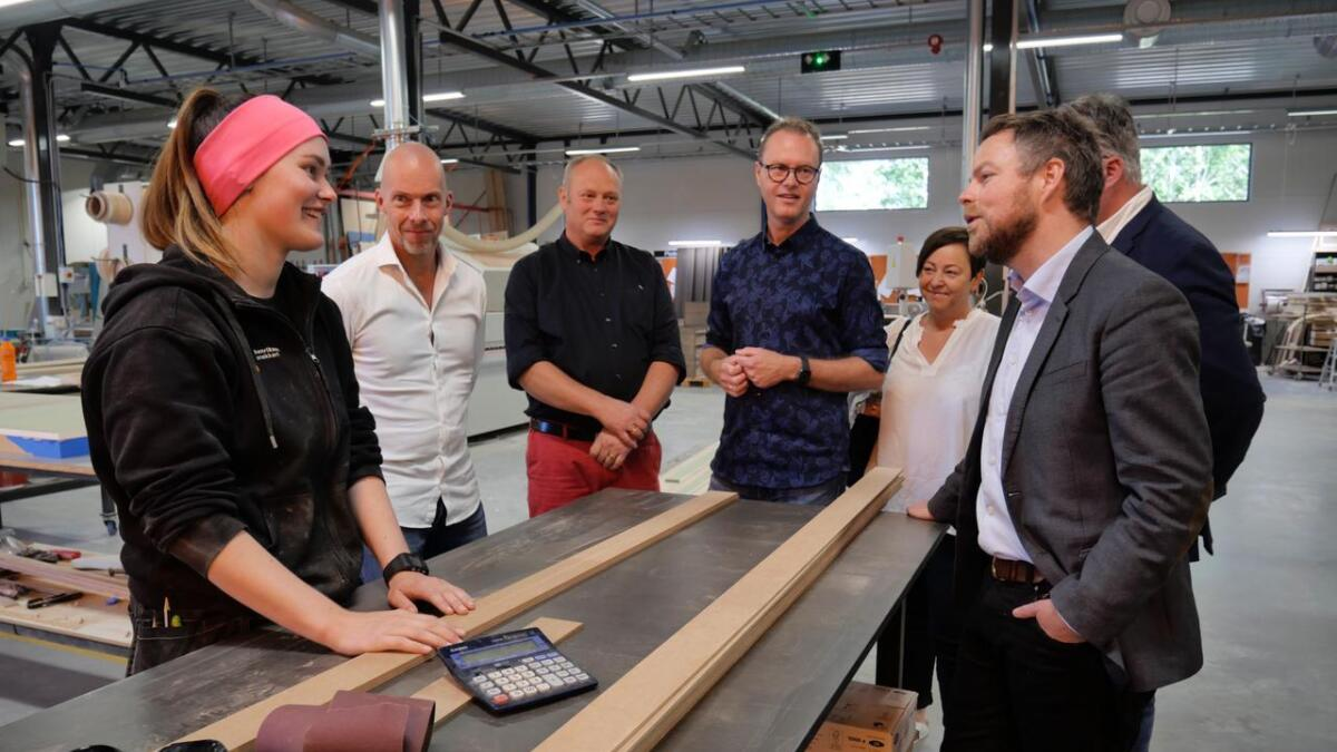 May Britt Straume er en av få kvinnelige møbelsnekkere. Her fikk hun møte næringsminister Torbjørn Røe Isaksen på arbeidsplassen Henriksen snekkeri.