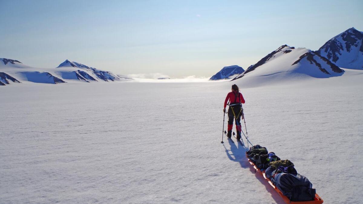 — Vi skal gå samme rute som Roald Amundsen gikk i 1911. Den ruten har ingen andre kvinner i verden gått tidligere, og vi skal gå uten vindseil, hunder eller forsyningsdepoter, forteller Astrid Furholt.17. november holder hun foredrag i Arendal. Her fra Svalbard høsten 2014. ALLE