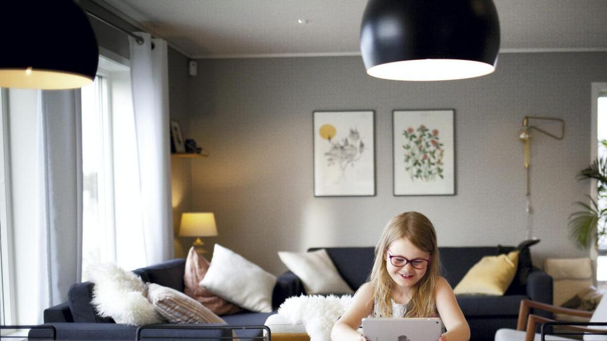 Oline Sætre Sundt (7) går i 1. klasse på Leirvik skule. På fritida går ho på handball og ballett, men koplar av innimellom med spel på iPad'en eller tv. For ordens skuld, Oline er ikkje nærstynt, men stiller opp som brillemodell i denne artikkelen.