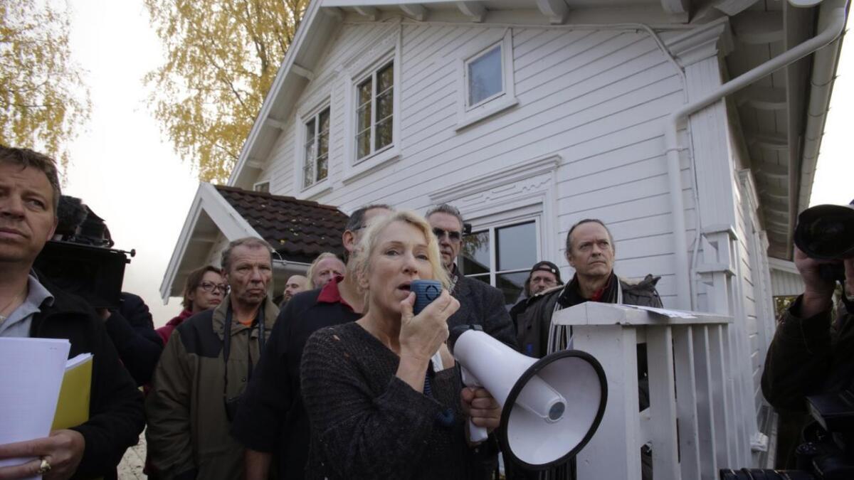 Ingunn Sigurdsdatter var tydelig i sin sak da hun snakket til  politiet og demonstrantene som hadde møtt opp i hagen hennes mandag formiddag.