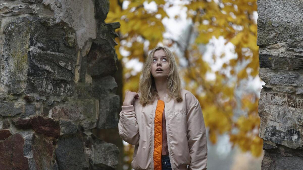Kirkeruinene ble vurdert som en flott lokasjon for scener i HBO-serien Beforeigners. Her er Madeleine M. Breen i en av ruinåpningene.