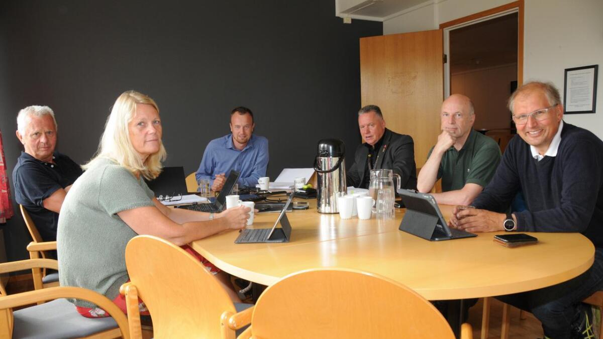 Dagleg leiar Terje Bakka, varamedlem Tone Berge Hansen, leiar Sven Tore Løkslid, varamedlem Knut Morten Johansen, Erik Skjervagen og Terje Riis-Johansen