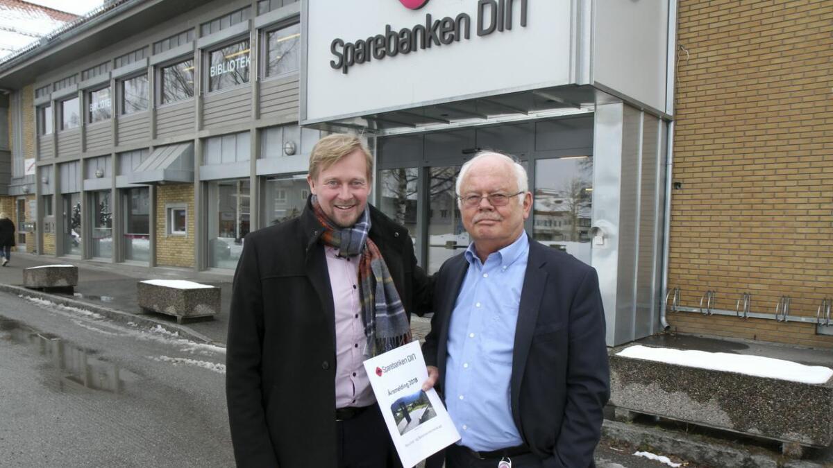 Banksjef Ben Roger Elvenes (t.v.) gjev svært god attest til banksjef Ingebret Teigen som no legg fram sitt siste rekneskap for Sparebanken Din.