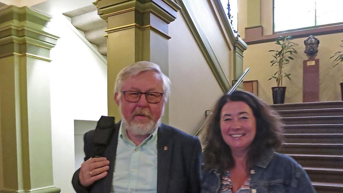 Jan Terje Olsen og Trude Tvedt var venner igjen på vei ut. Men i debatten fikk Jan Terje spørsmål fra Trude om han var for eller imot togstopp i fjellet ved Landmannstorget.