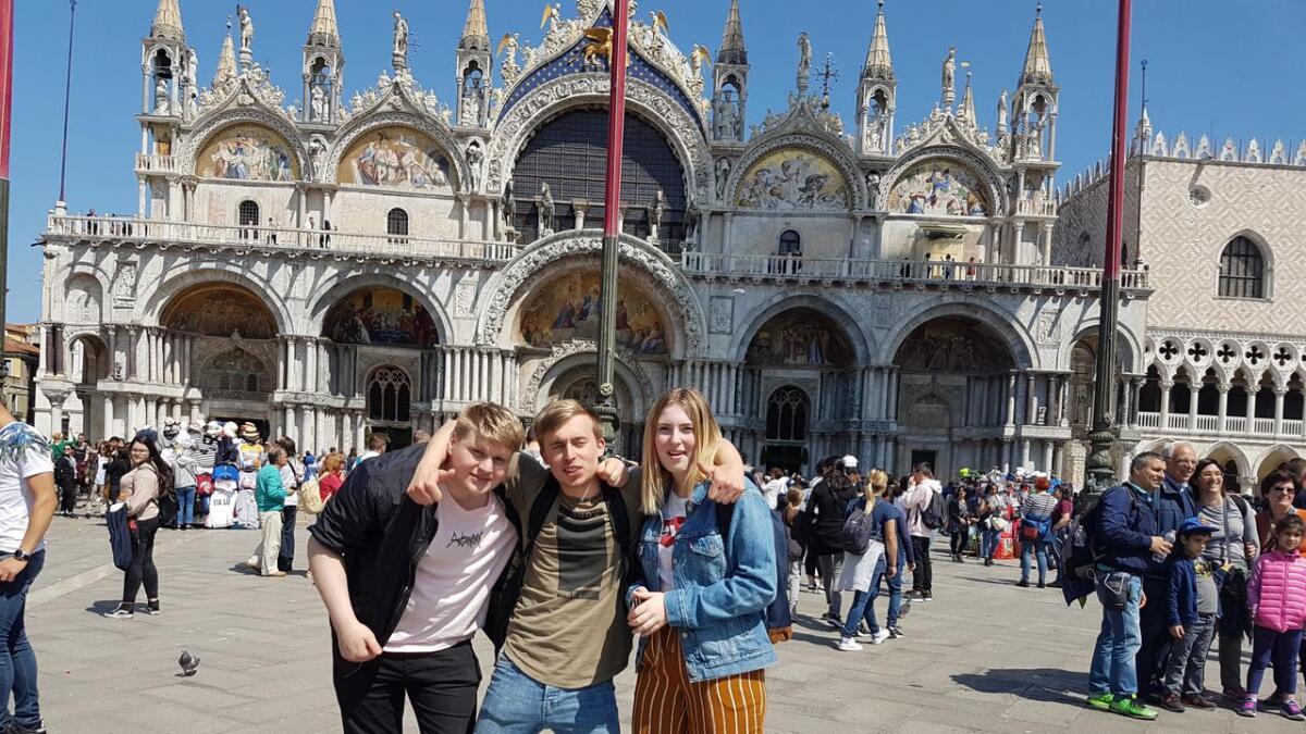 Foruten skolebesøk og deltagelse i undervisning og workshops, ble det også en Venezia-tur på de tre elevene.