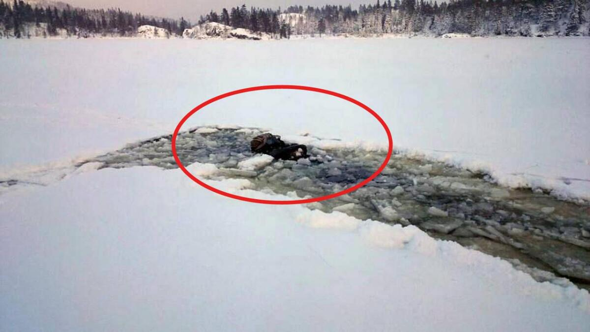 På bildet er Svein Ose reddet opp av råka. Snøskuteren er fortsatt synlig, men i ferd med å synke.