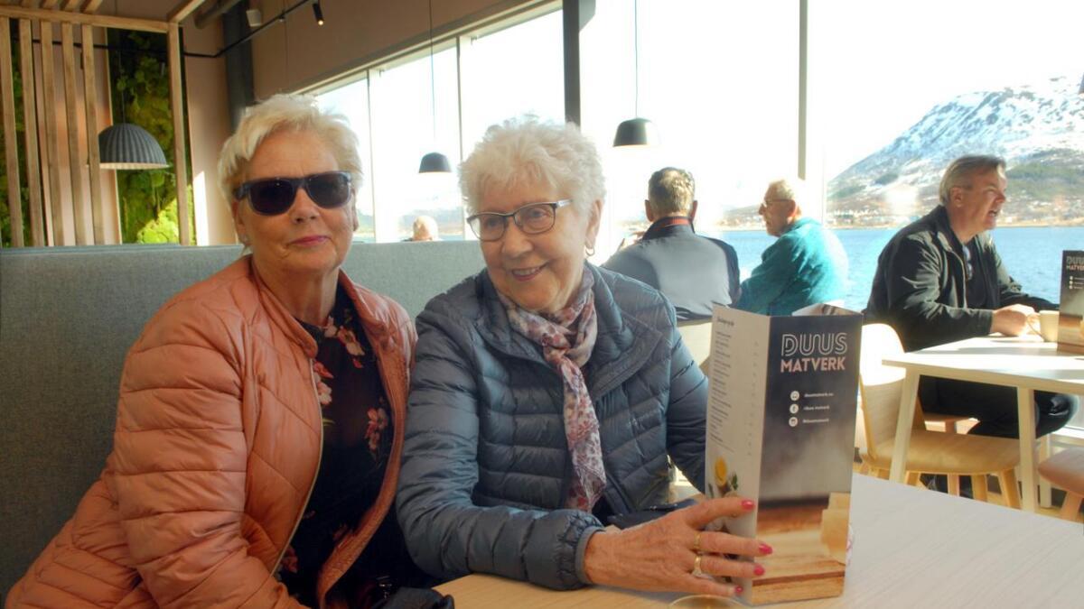 Else-Berit Hansen (t.v.) og Aud Johnsen ladet opp med kaffe på Duus Matverk, før de gjøv løs på butikkrunden. – Vi venter til det roer seg litt, sier de. (Alle