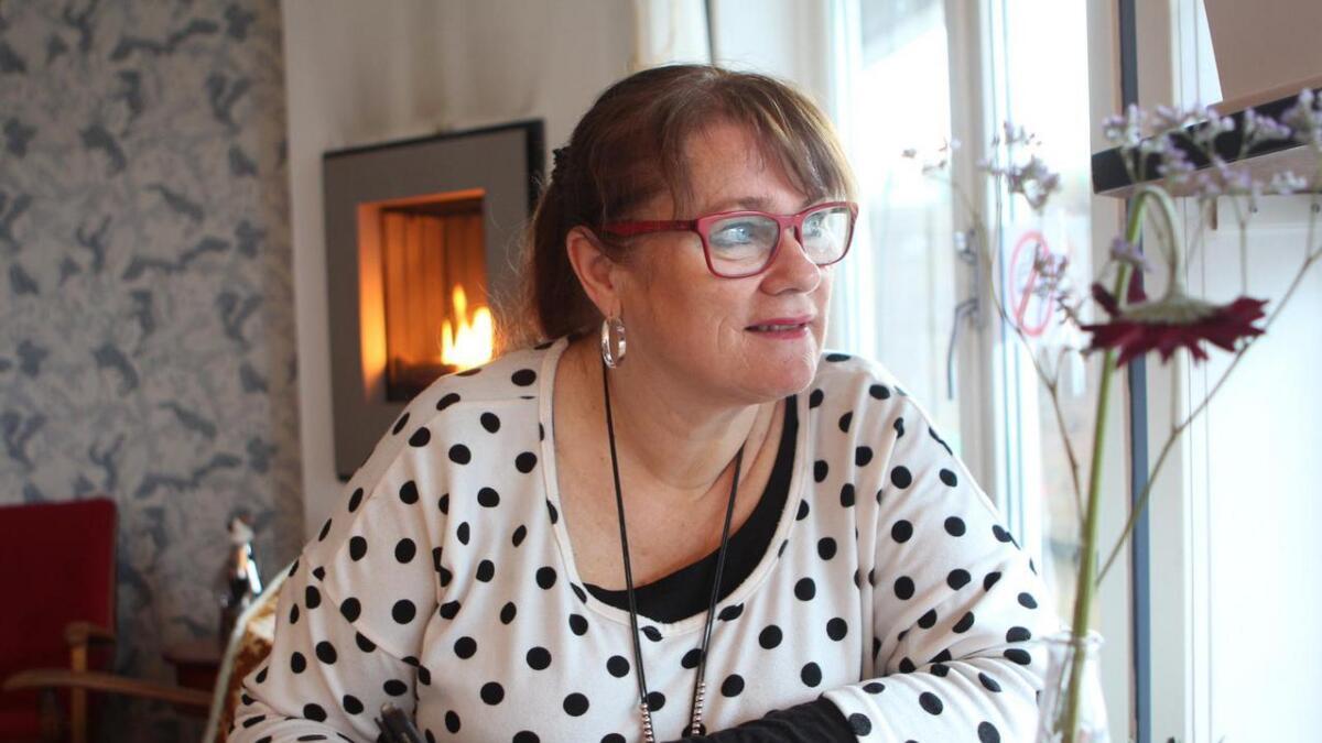 Forfattarkarrieren til Bente Bratlund tok ikkje til ved eit kafébord, men under eitt. - Når eg skriv er eg heilt i mi eiga verd. Folk må ikkje tru at eg er overlegen. Eg er rett og slett ein annan stad, seier ho.