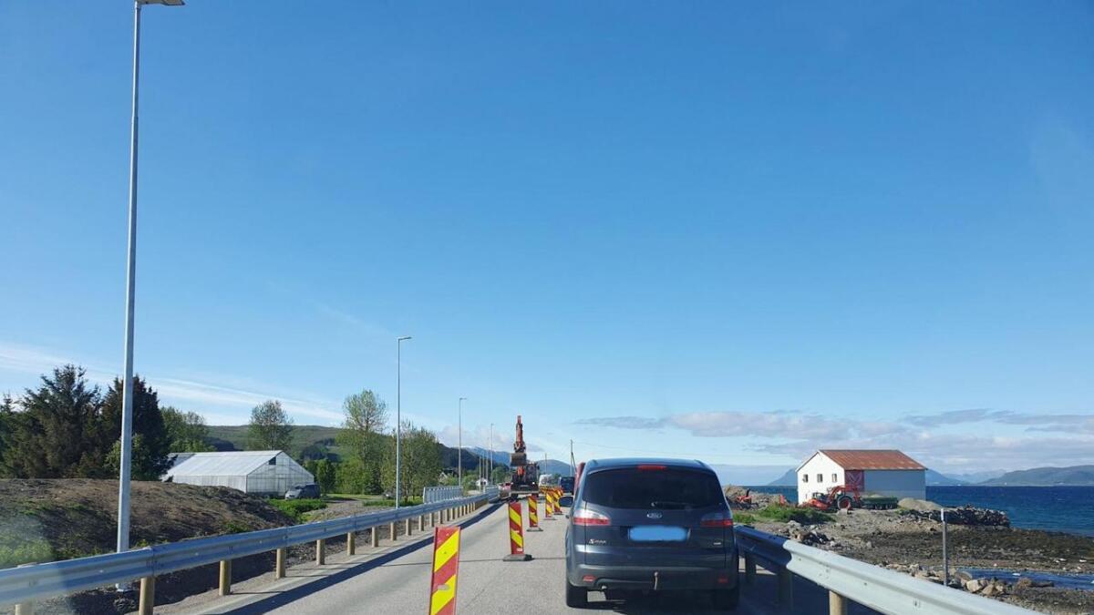 Det må legges membran på Selnesbrua før ny asfalt kan legges og brua er endelig ferdig. Mens arbeidet pågår er det kun ett kjørefelt som kan benyttes, og trafikken lysreguleres.