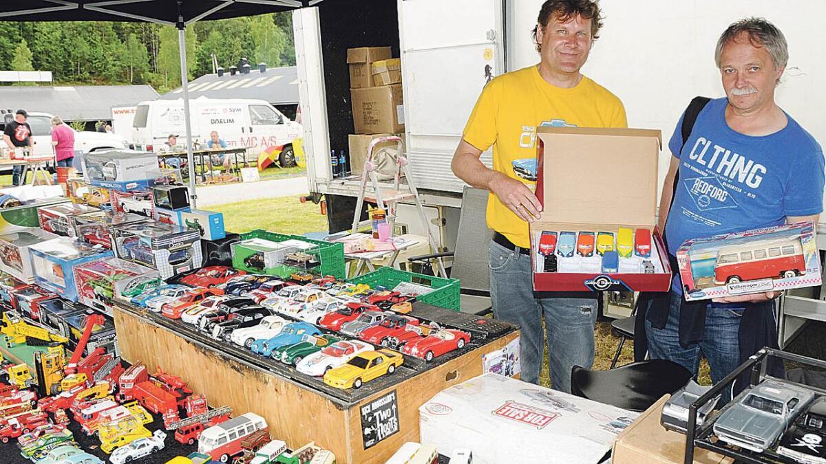 Jan Lauritsen frå Porsgrunn er gira på å selje modellbilar. Hagbarth Hansen frå Bergen er så gira på å kjøpe småbilar, at han tok turen frå Bergen.