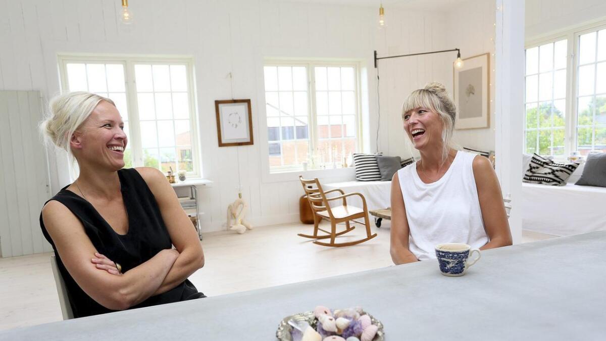 Smilene og latteren sitter løst hos Jeanette Lunde og Hilde Mork.