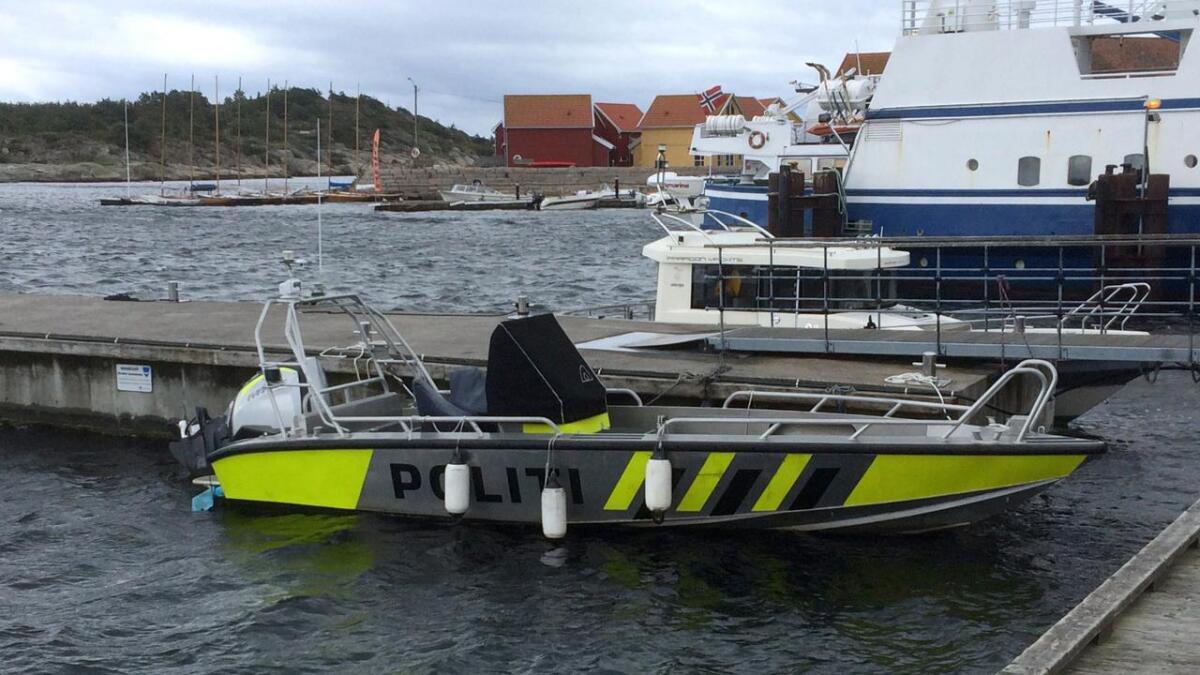 Sjøsida  av kommunesenteret på Hvaler er prega av ei travel gjestehamn, fergetrafikk til øyane aust i kommunen, rutebåt til Strømstad, taxibåttrafikk og politiibåten som ligg klar.