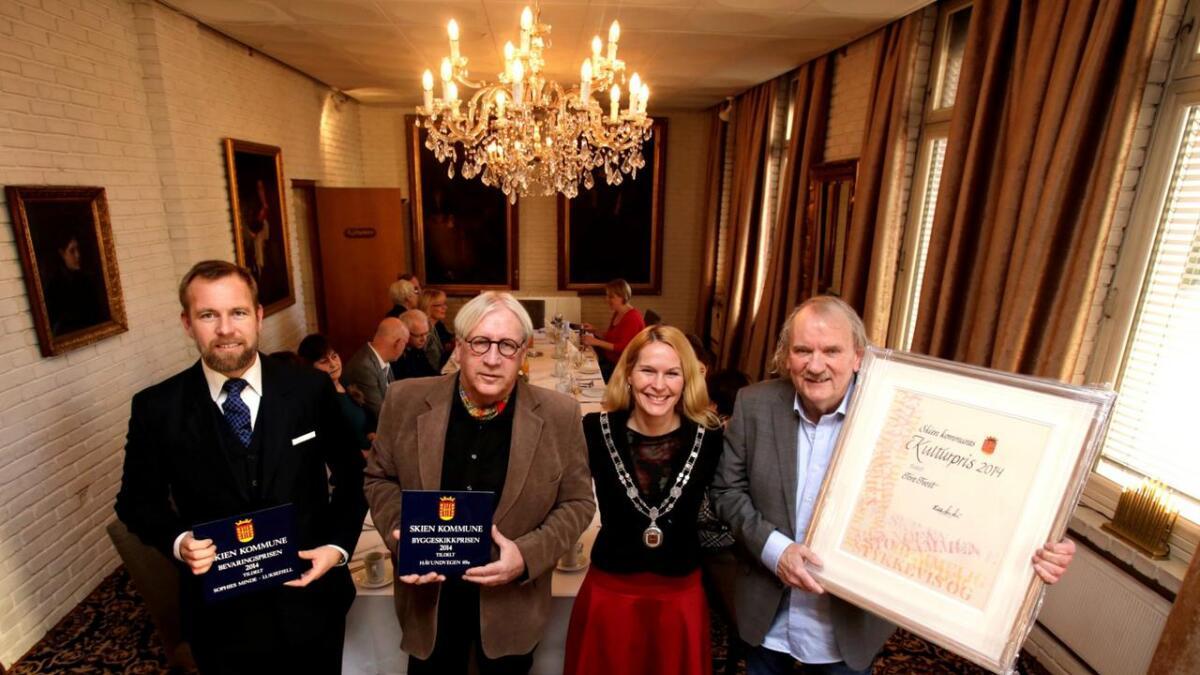 Leopold Løvenskiold med bevaringsprisen, Tore Rønningen med byggeskikkprisen, ordfører Hedda Foss Five og forfatter Tore Tveit med kulturprisen.