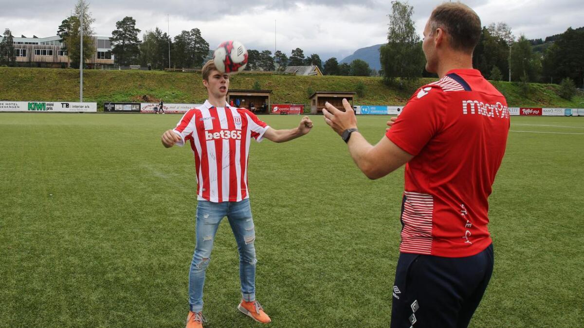 Sander D. Nesheim og Bjarte Bergstrøm triksar litt i kvar si Stoke-drakt. Sundag går påmeldingsfristen for Stoke sin fotballskule ut.