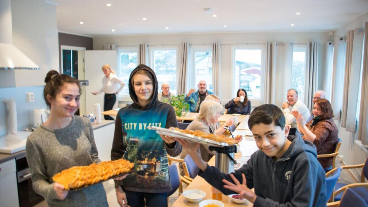 Raza Ayoub, Sindre Pedersen og Yaman Azamad fra åttende klasse på Bø ungdomsskole serverte vafler til politikere og administrasjon under formannskapsmøtet i Bø torsdag.