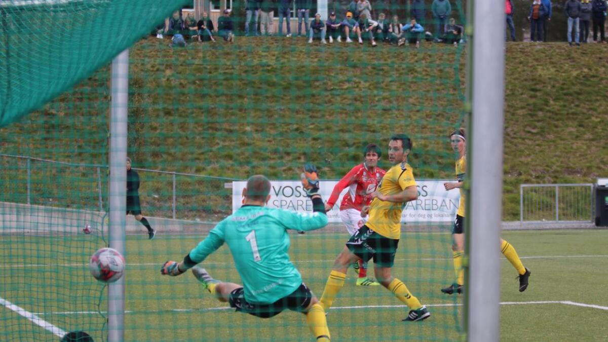Olav Skjeldal smeller inn 1-0 til Voss.