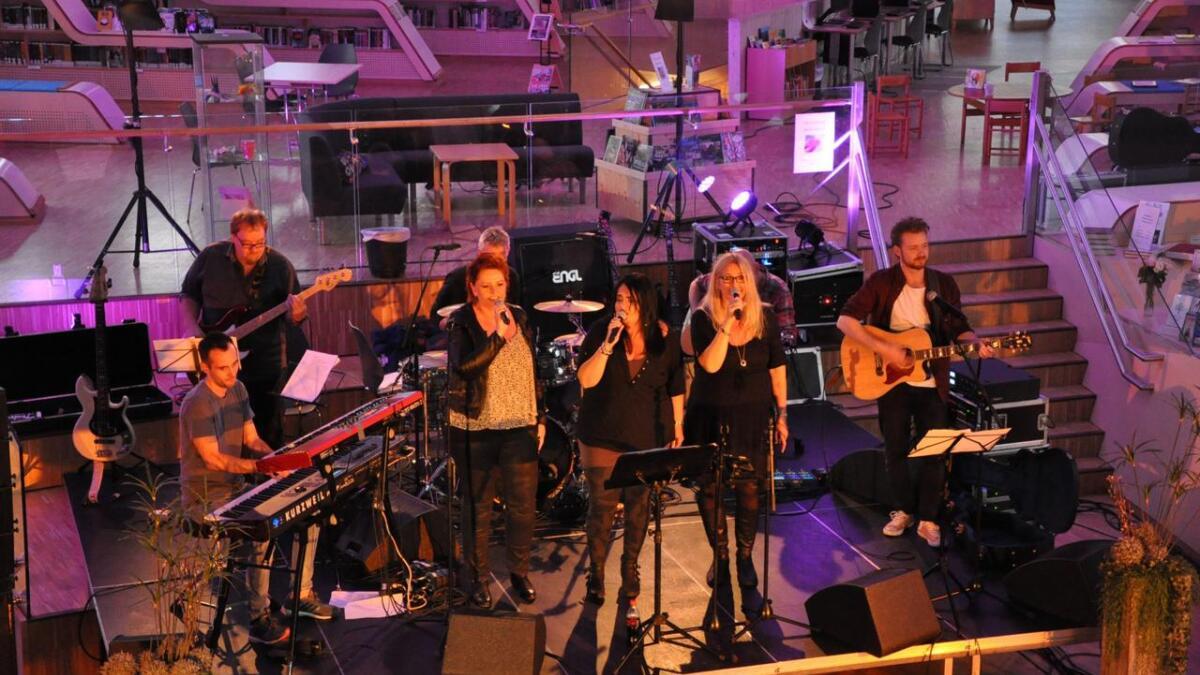 Fra venstre Kim Slotten, Ole Louis Lilløy, Marit Aavitsland Foss, Erik Coldal, Elisabeth Aavitsland Fjermeros, Elin Kile, Geir Sandaker (delvis gjemt bak Elin) og Jon Even Kile.