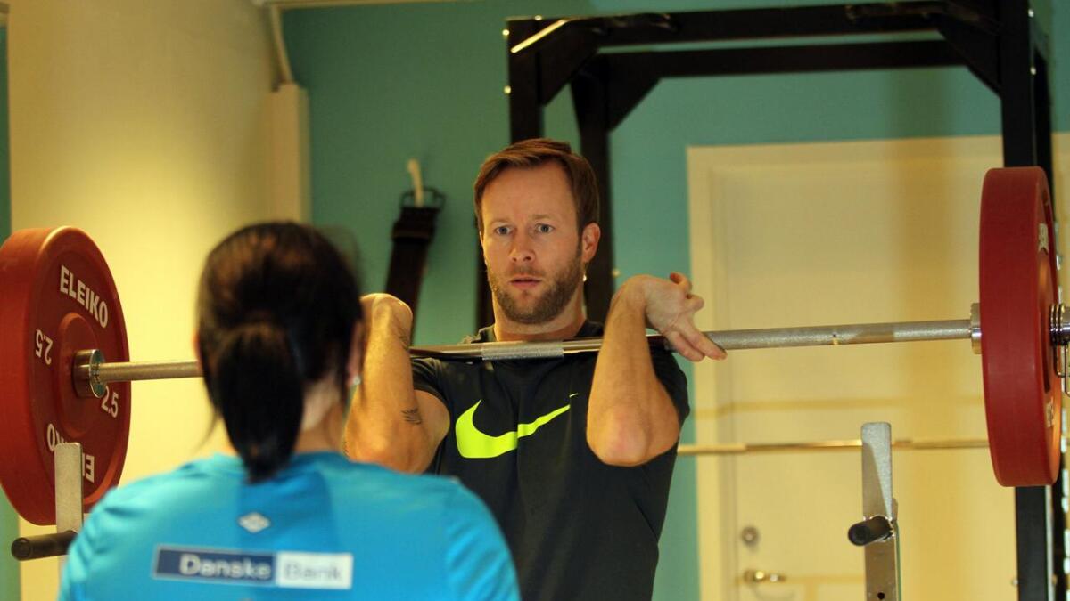 Linda Schjødt Nilsen får instruksjon av personlig trener Are Lorentzen som viser et riktig løft.