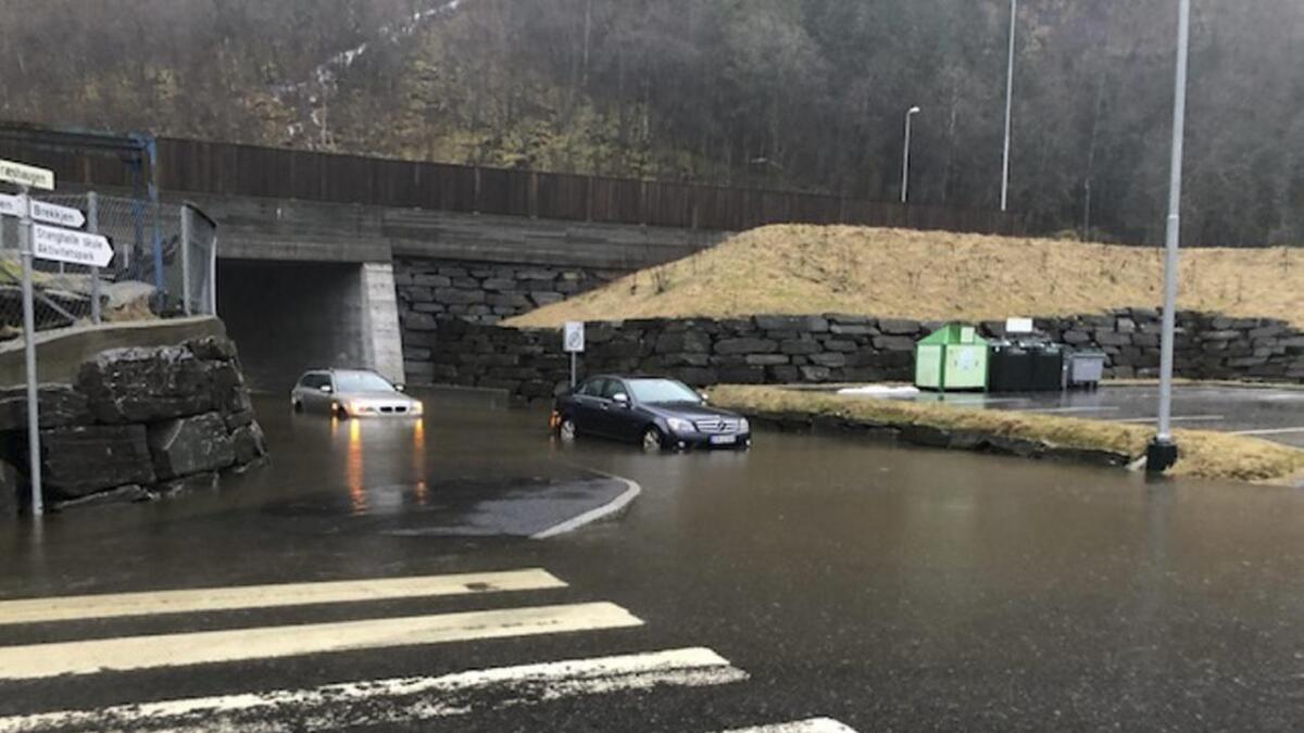 To bilar står fast i flaumvatnet i undergangen opp til Brekkjen på Stanghelle.