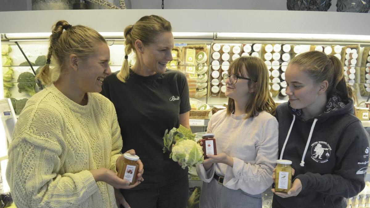 F.v. Synne Louise Elverhøi, Kristine Østreng (avdelingsleder i Beite-butikken), Sepideh Zamanian og Selma Marie Grasbekken står her med noen produkter som tilbys på årets matfestival.