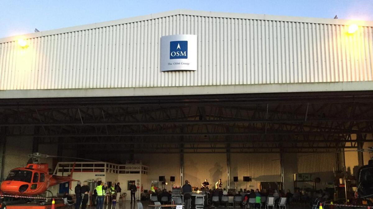 Fredag kveld var det konsert i flyhangeren på Gullknapp flyplass i Froland.