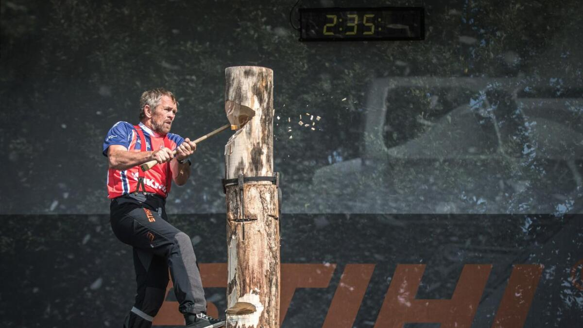 Ole Sundsdal fra Åmli har holdt på med tømmersport i mange år. Her under norgesmesterskapet i 2016.